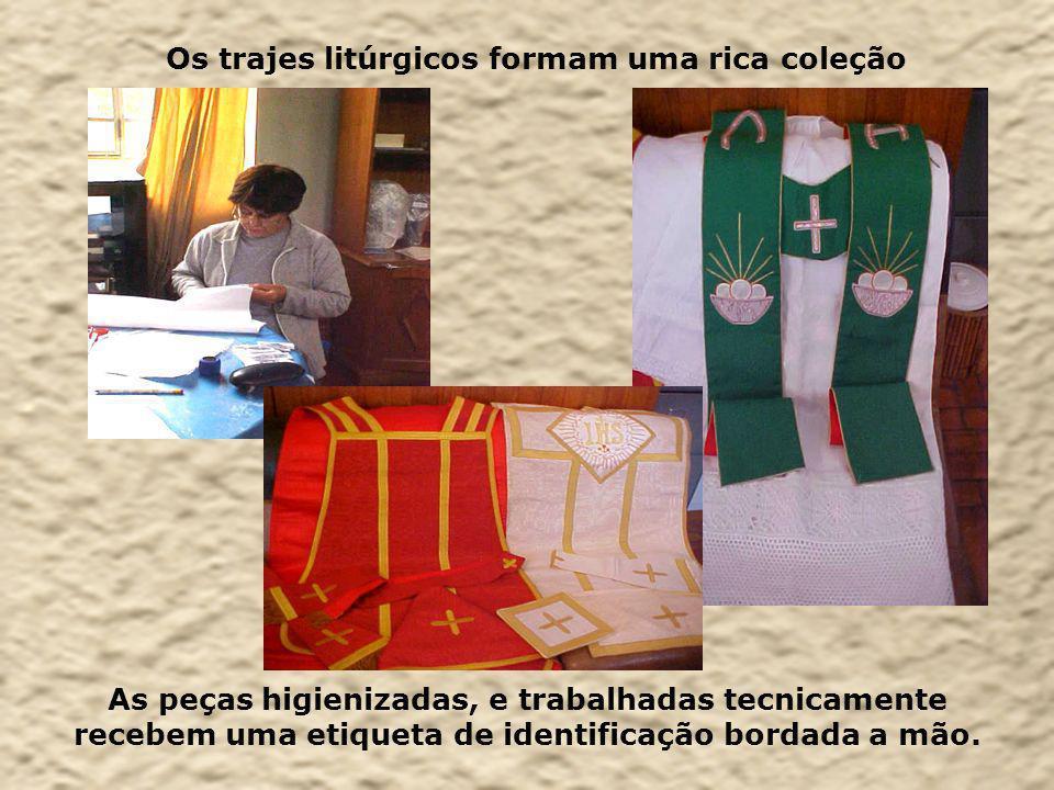 Os trajes litúrgicos formam uma rica coleção As peças higienizadas, e trabalhadas tecnicamente recebem uma etiqueta de identificação bordada a mão.