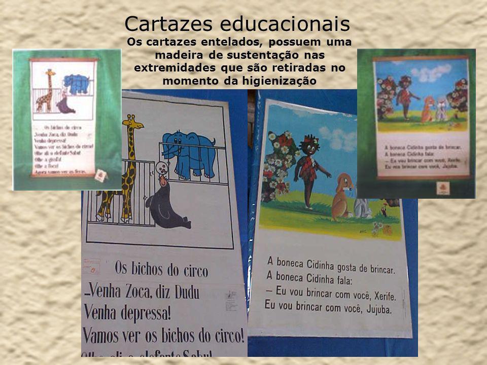 Cartazes educacionais Os cartazes entelados, possuem uma madeira de sustentação nas extremidades que são retiradas no momento da higienização