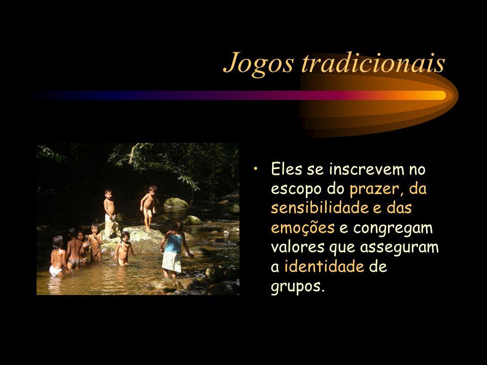 Jogos tradicionais Eles se inscrevem no escopo do prazer, da sensibilidade e das emoções e congregam valores que asseguram a identidade de grupos.