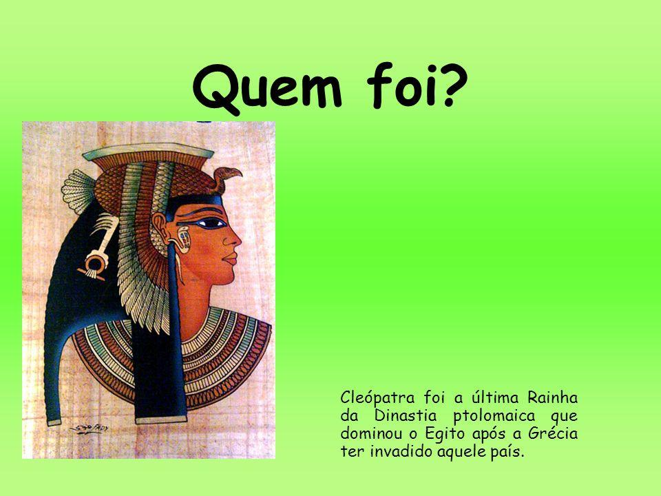 Quem foi? Cleópatra foi a última Rainha da Dinastia ptolomaica que dominou o Egito após a Grécia ter invadido aquele país.
