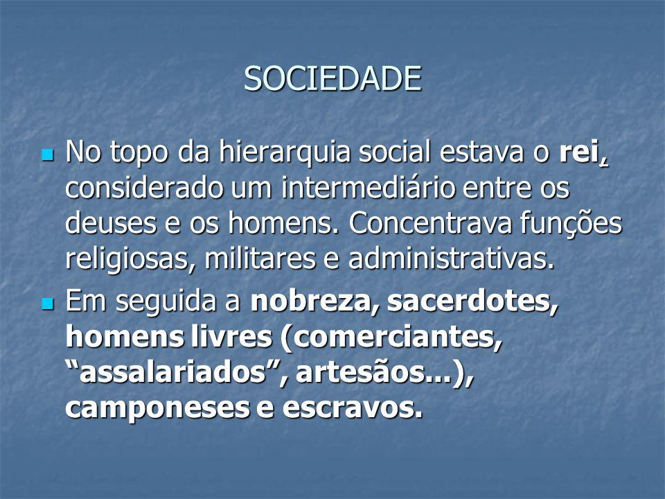 SOCIEDADE No topo da hierarquia social estava o rei, considerado um intermediário entre os deuses e os homens. Concentrava funções religiosas, militar
