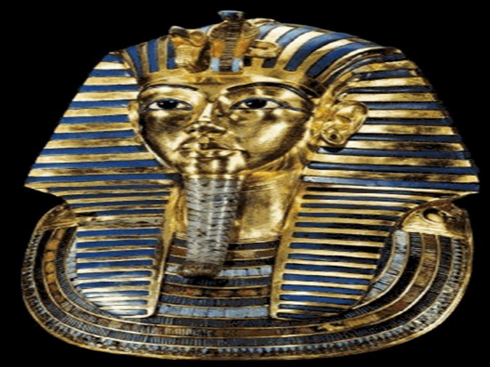 Médio império (2300 a C.- 1560 a C.) Reunificação e expansão comercial com outros povos; Invasão dos icsos: possuíam armas de ferro, carros de guerra e cavalos, coisas que os egípcios não conheciam;