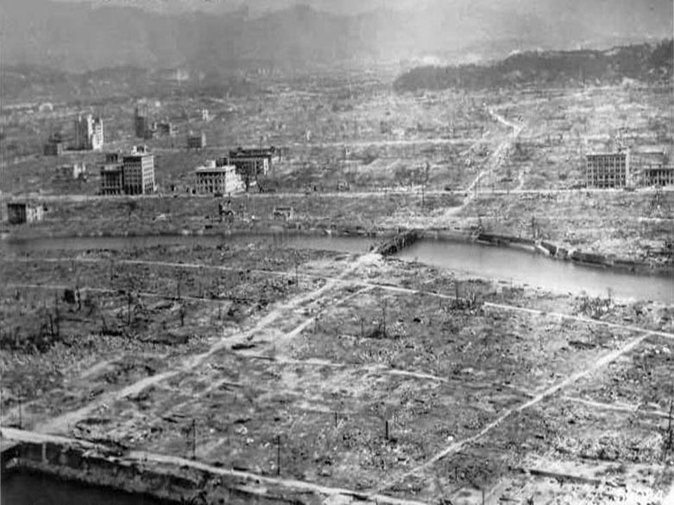 Japão passa a ser dominado por tropas estadunidenses General Douglas McArthur domina o Japão e promulga uma nova constituição para o país Japão impedido de possuir forças militares e de fabricar armamentos 1952: fim da ocupação estadunidense no Japão Crescimento econômico japonês