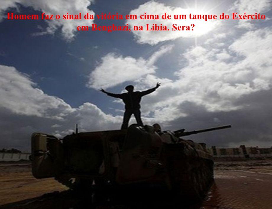 Homem faz o sinal da vitória em cima de um tanque do Exército em Benghazi, na Líbia. Sera?