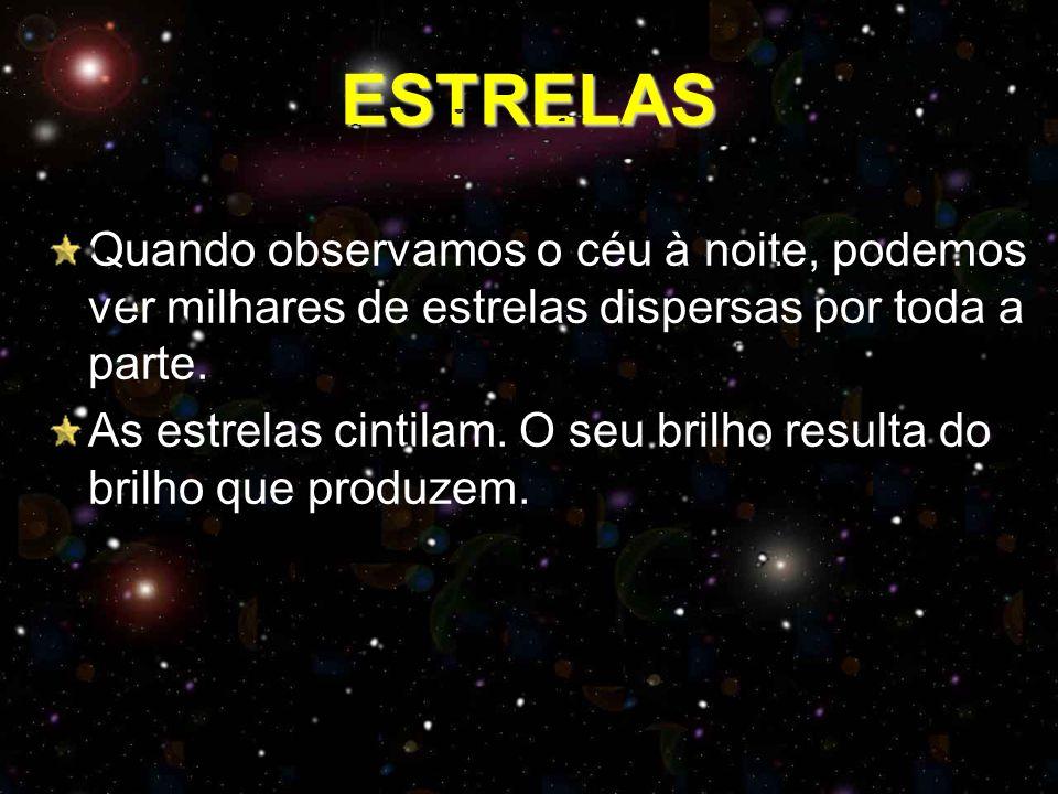 ESTRELAS Quando observamos o céu à noite, podemos ver milhares de estrelas dispersas por toda a parte. As estrelas cintilam. O seu brilho resulta do b
