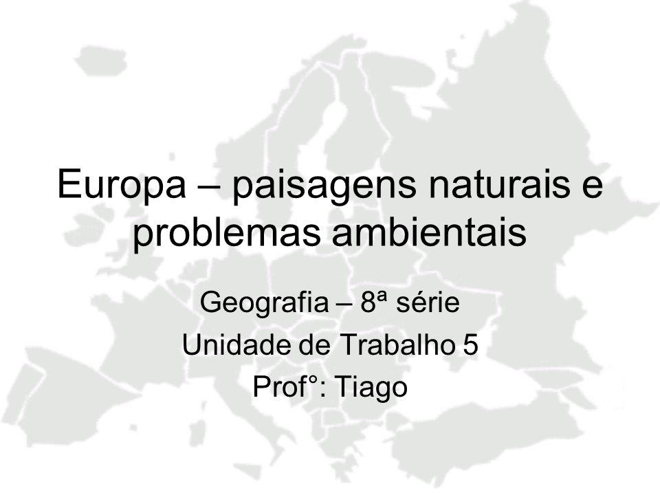 Europa: Vegetação Aspectos Gerais Compartimentação em faixas – sentidos leste-oeste, acompanhando as latitudes Ao sul, a vegetação, em grande parte, já foi devastada devido ao desenvolvimento e a população No norte, a vegetação está preservada devido as condições climáticas