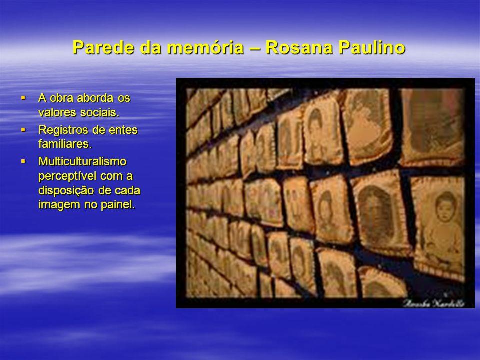 Parede da memória – Rosana Paulino A obra aborda os valores sociais. A obra aborda os valores sociais. Registros de entes familiares. Registros de ent