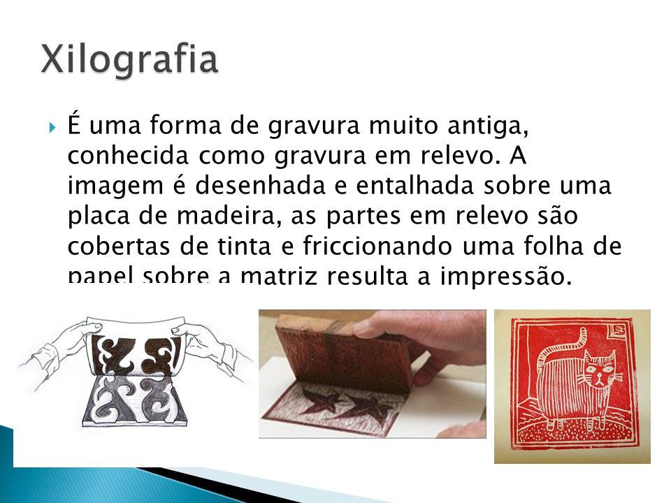 É uma forma de gravura muito antiga, conhecida como gravura em relevo. A imagem é desenhada e entalhada sobre uma placa de madeira, as partes em relev