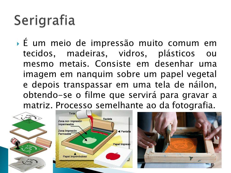 É um meio de impressão muito comum em tecidos, madeiras, vidros, plásticos ou mesmo metais. Consiste em desenhar uma imagem em nanquim sobre um papel