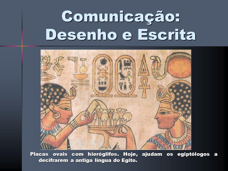 Comunicação: Desenho e Escrita Placas ovais com hieróglifos. Hoje, ajudam os egiptólogos a decifrarem a antiga língua do Egito.