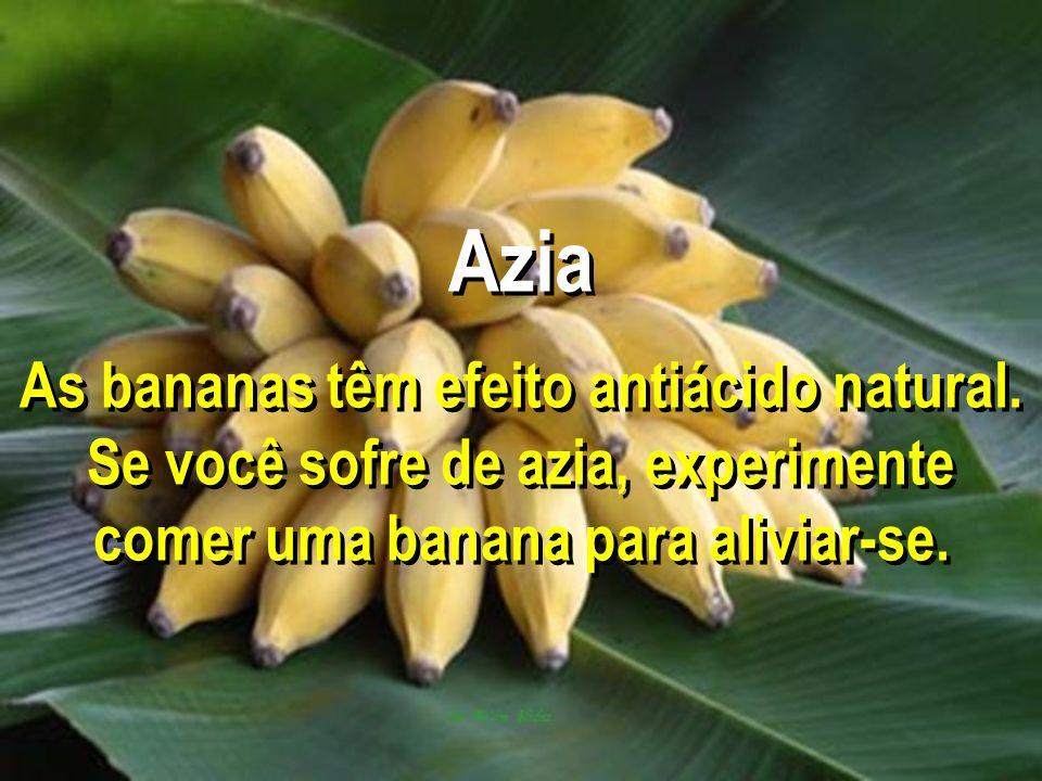 Azia As bananas têm efeito antiácido natural. Se você sofre de azia, experimente comer uma banana para aliviar-se.