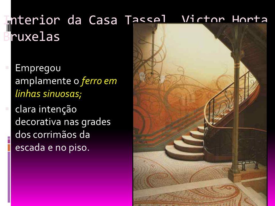 Interior da Casa Tassel, Victor Horta Bruxelas Empregou amplamente o ferro em linhas sinuosas; clara intenção decorativa nas grades dos corrimãos da e