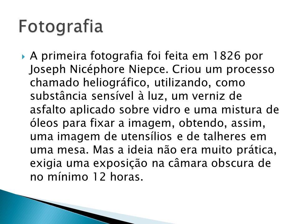 A primeira fotografia foi feita em 1826 por Joseph Nicéphore Niepce. Criou um processo chamado heliográfico, utilizando, como substância sensível à lu