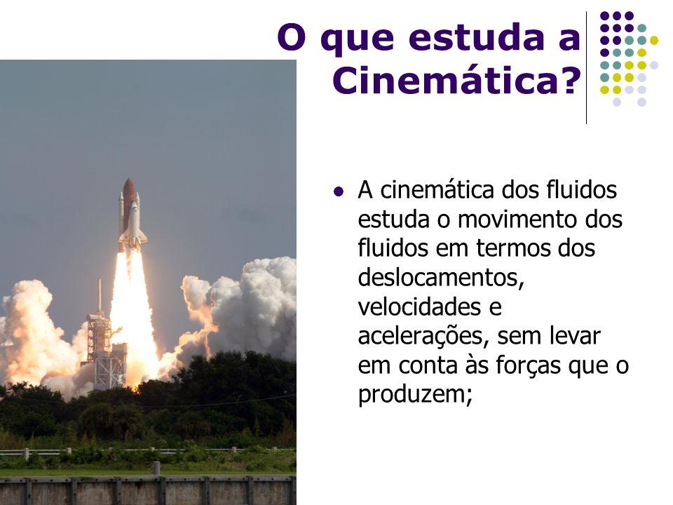 O que estuda a Cinemática? A cinemática dos fluidos estuda o movimento dos fluidos em termos dos deslocamentos, velocidades e acelerações, sem levar e