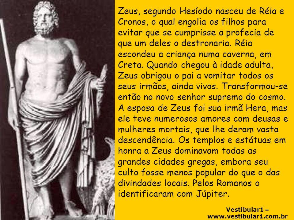 Vestibular1 – www.vestibular1.com.br Zeus, segundo Hesíodo nasceu de Réia e Cronos, o qual engolia os filhos para evitar que se cumprisse a profecia de que um deles o destronaria.