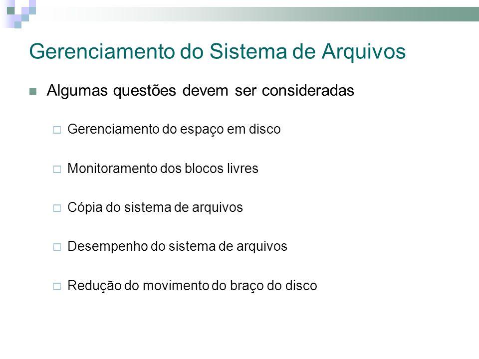 Gerenciamento do Sistema de Arquivos Algumas questões devem ser consideradas Gerenciamento do espaço em disco Monitoramento dos blocos livres Cópia do sistema de arquivos Desempenho do sistema de arquivos Redução do movimento do braço do disco