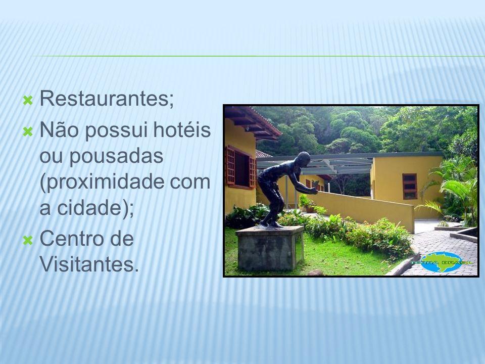 Restaurantes; Não possui hotéis ou pousadas (proximidade com a cidade); Centro de Visitantes.