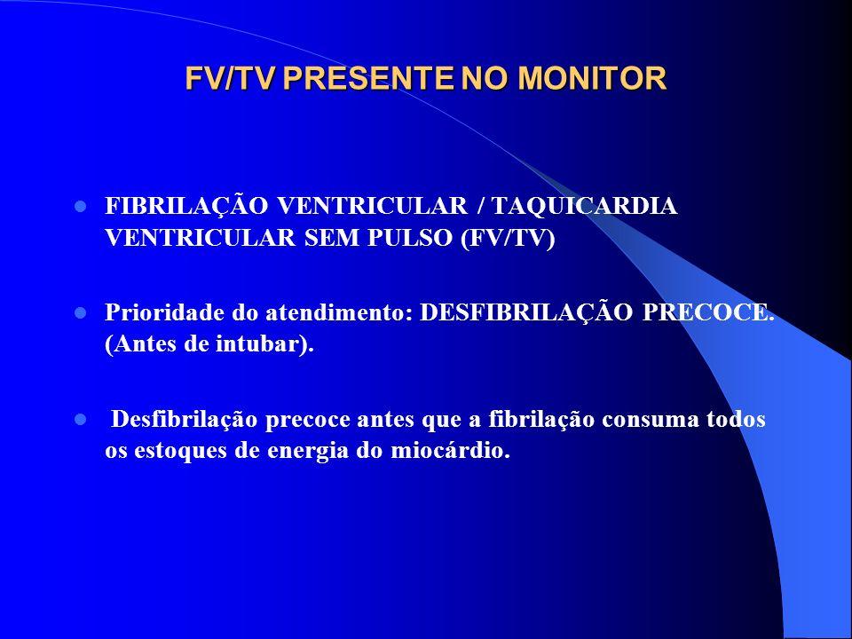 ATENDIMENTO CARDÍACO DE EMERGÊNCIA EM ADULTO INSTALE O MONITOR/DESFIBRILADOR (perceba que o paciente ainda não foi intubado). FV/TV presente no monito