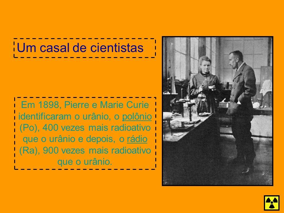 Em 1898, Pierre e Marie Curie identificaram o urânio, o polônio (Po), 400 vezes mais radioativo que o urânio e depois, o rádio (Ra), 900 vezes mais ra