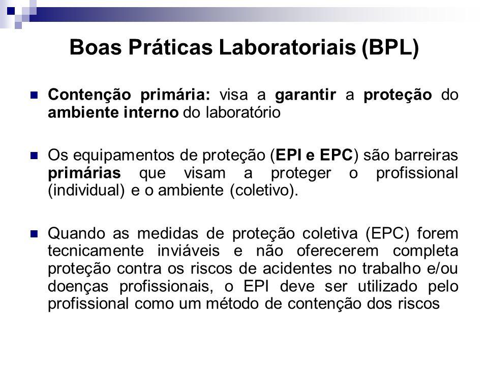 Boas Práticas Laboratoriais (BPL) Contenção primária: visa a garantir a proteção do ambiente interno do laboratório Os equipamentos de proteção (EPI e EPC) são barreiras primárias que visam a proteger o profissional (individual) e o ambiente (coletivo).
