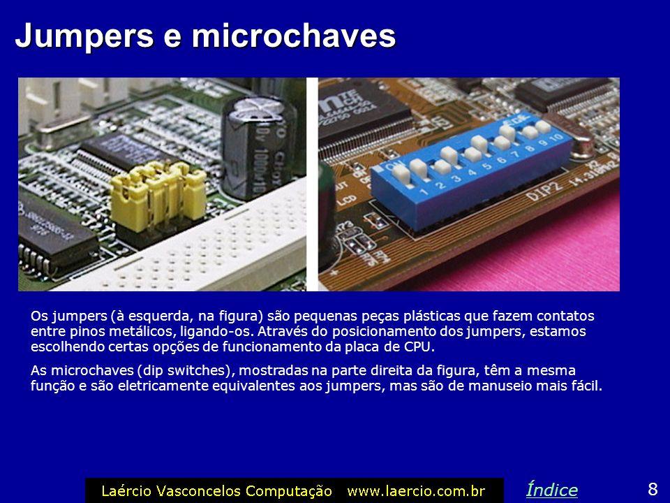 Jumpers e microchaves Os jumpers (à esquerda, na figura) são pequenas peças plásticas que fazem contatos entre pinos metálicos, ligando-os.