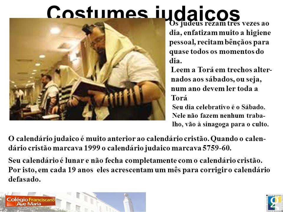 Costumes judaicos Os judeus rezam três vezes ao dia, enfatizam muito a higiene pessoal, recitam bênçãos para quase todos os momentos do dia. Leem a To