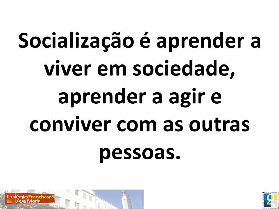 Socialização é aprender a viver em sociedade, aprender a agir e conviver com as outras pessoas.