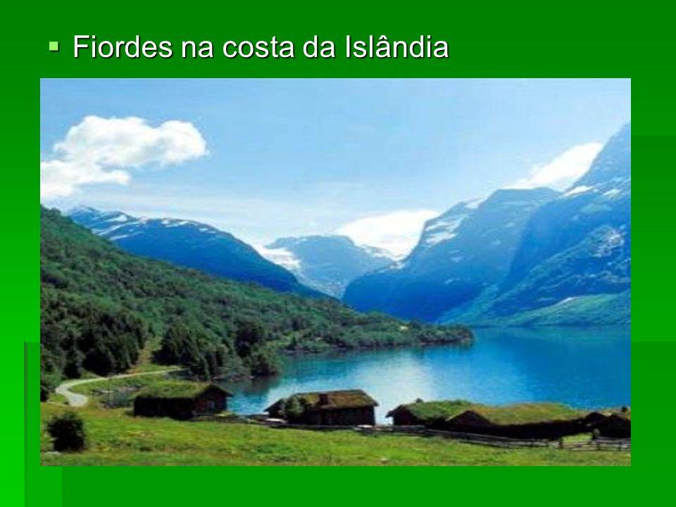 Fiordes na costa da Islândia Fiordes na costa da Islândia