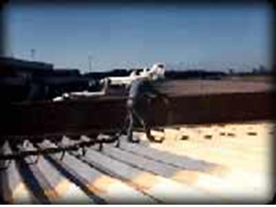 FELTRO DE LÃ DE VIDRO DESCRIÇÃO TÉCNICA: Lã de vidro flocada PROPRIEDADES: Isolamento hidrófugo, Incombustibilidade Estabilidade dimensional, Não sofre ataques de insetos e roedores e não apodrece.