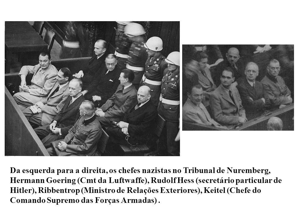 Da esquerda para a direita, os chefes nazistas no Tribunal de Nuremberg, Hermann Goering (Cmt da Luftwaffe), Rudolf Hess (secretário particular de Hit