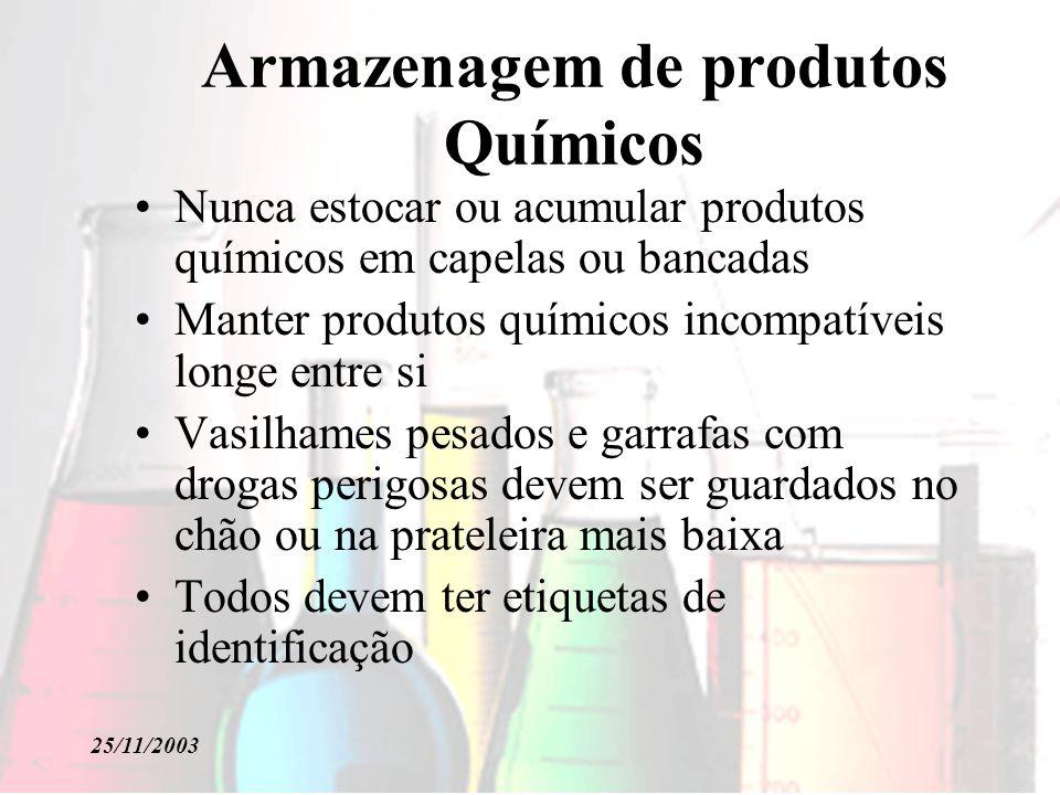 25/11/2003 Armazenagem de produtos Químicos Nunca estocar ou acumular produtos químicos em capelas ou bancadas Manter produtos químicos incompatíveis