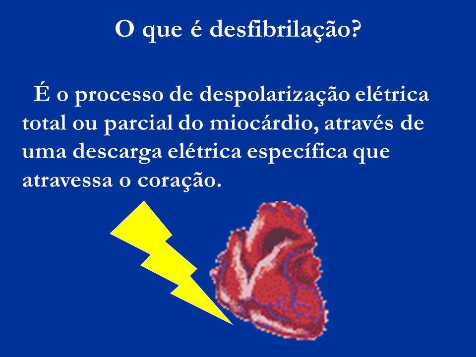 O que é desfibrilação? É o processo de despolarização elétrica total ou parcial do miocárdio, através de uma descarga elétrica específica que atravess
