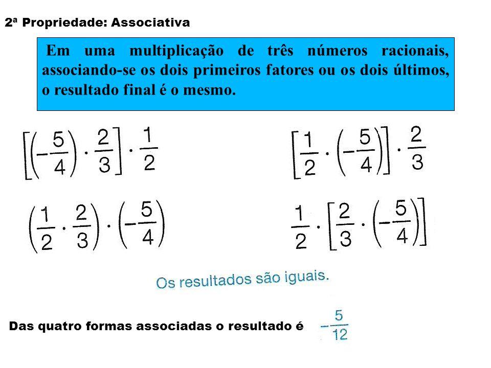 2ª Propriedade: Associativa Das quatro formas associadas o resultado é Em uma multiplicação de três números racionais, associando-se os dois primeiros