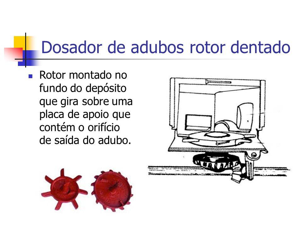 Rotor montado no fundo do depósito que gira sobre uma placa de apoio que contém o orifício de saída do adubo. Dosador de adubos rotor dentado