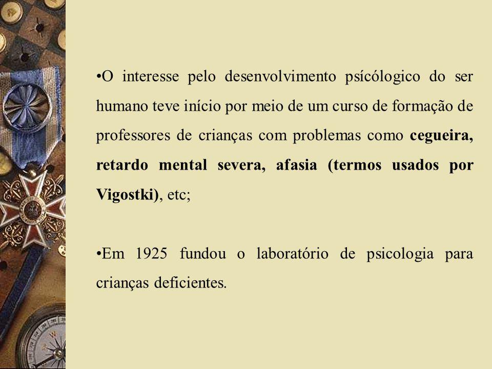 O interesse pelo desenvolvimento psícólogico do ser humano teve início por meio de um curso de formação de professores de crianças com problemas como