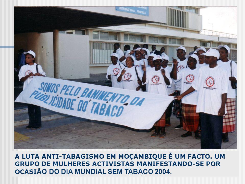 A LUTA ANTI-TABAGISMO EM MOÇAMBIQUE É UM FACTO. UM GRUPO DE MULHERES ACTIVISTAS MANIFESTANDO-SE POR OCASI ÃO DO DIA MUNDIAL SEM TABACO 2004.