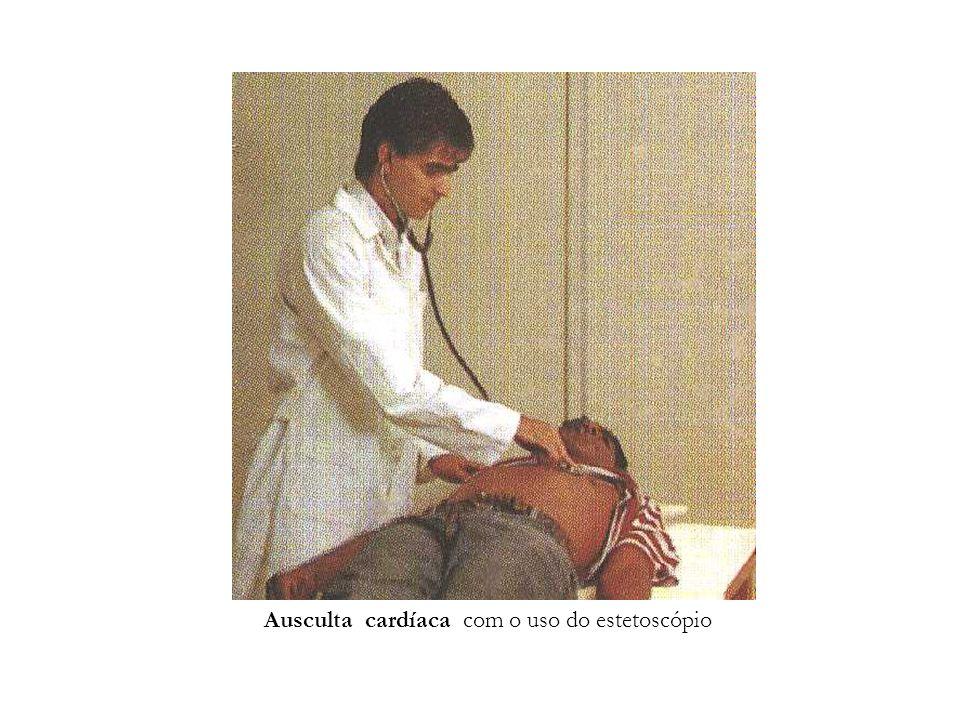 Ausculta cardíaca com o uso do estetoscópio