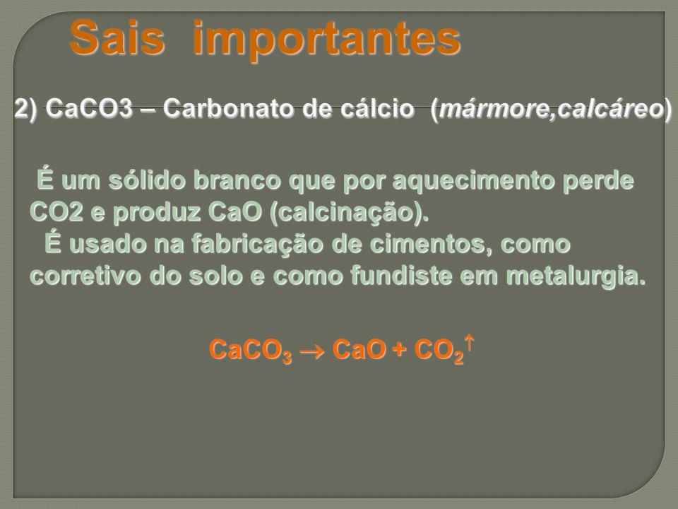 É um sólido branco que por aquecimento perde CO2 e produz CaO (calcinação). É um sólido branco que por aquecimento perde CO2 e produz CaO (calcinação)
