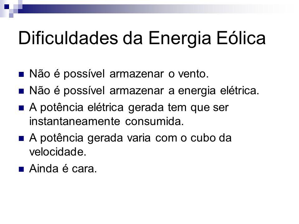 Dificuldades da Energia Eólica Não é possível armazenar o vento. Não é possível armazenar a energia elétrica. A potência elétrica gerada tem que ser i