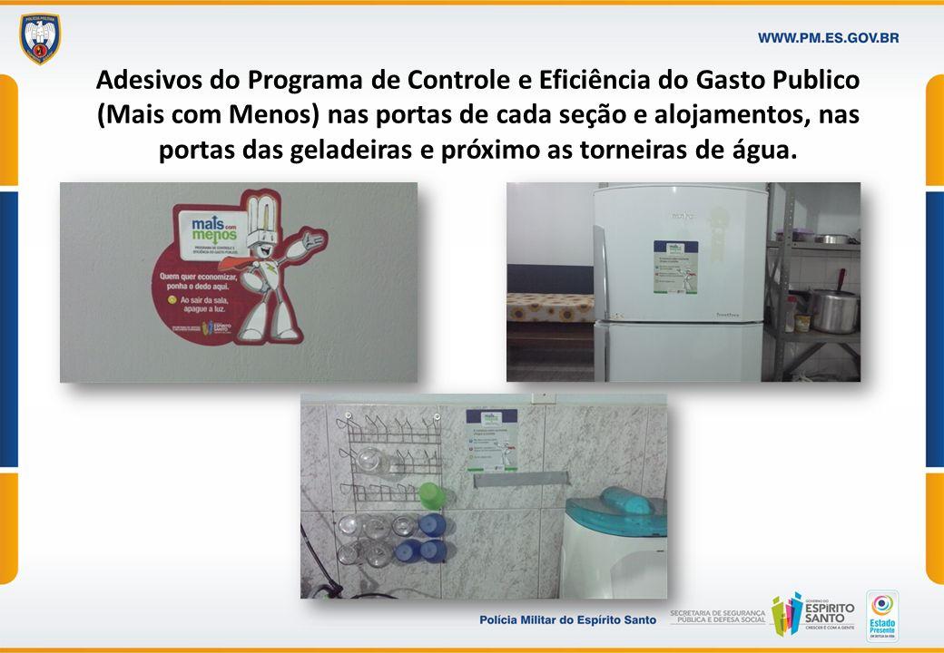 Adesivos do Programa de Controle e Eficiência do Gasto Publico (Mais com Menos) nas portas de cada seção e alojamentos, nas portas das geladeiras e pr