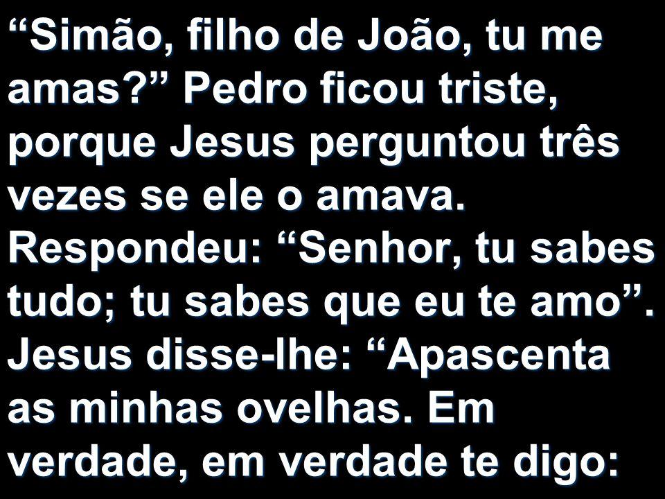 Simão, filho de João, tu me amas? Pedro ficou triste, porque Jesus perguntou três vezes se ele o amava. Respondeu: Senhor, tu sabes tudo; tu sabes que