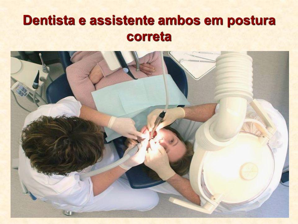 Dentista e assistente ambos em postura correta