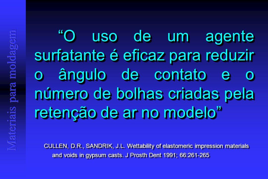 O uso de um agente surfatante é eficaz para reduzir o ângulo de contato e o número de bolhas criadas pela retenção de ar no modelo CULLEN, D.R., SANDRIK, J.L.