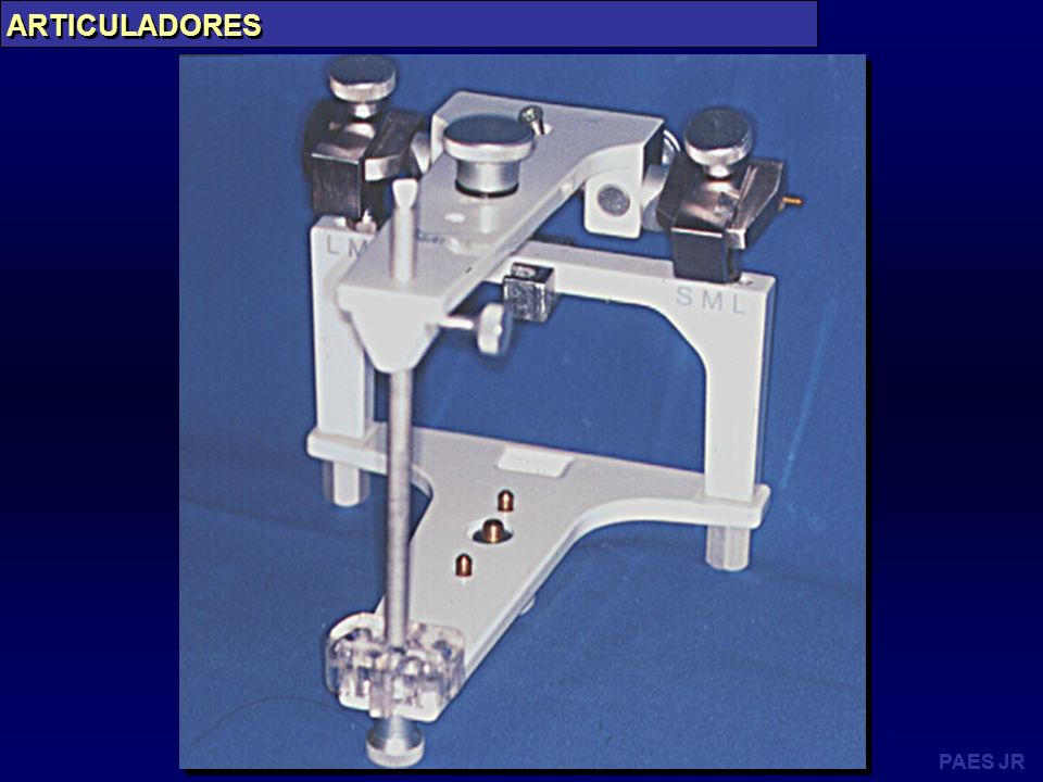 ARTICULADORES - DEFINIÇÃO O articulador é um aparelho destinado à fixação dos modelos, a registrar as relações intermaxilares e a reproduzir os movimentos mandibulares de interesse protético.