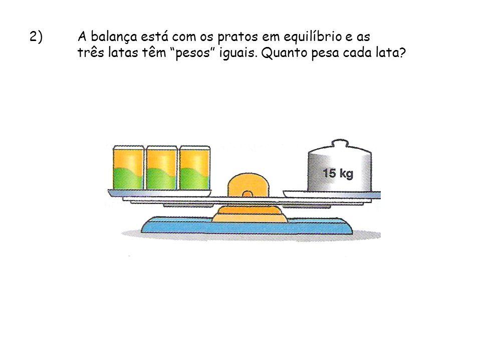 2)A balança está com os pratos em equilíbrio e as três latas têm pesos iguais. Quanto pesa cada lata?