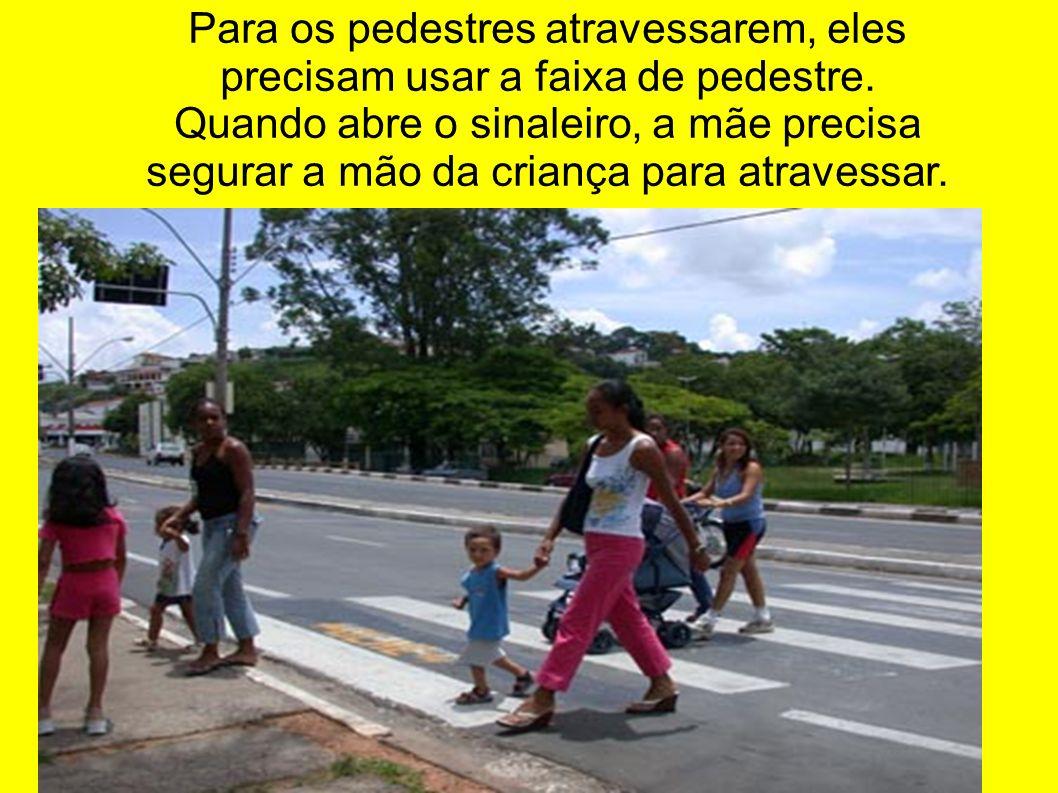 Para os pedestres atravessarem, eles precisam usar a faixa de pedestre. Quando abre o sinaleiro, a mãe precisa segurar a mão da criança para atravessa