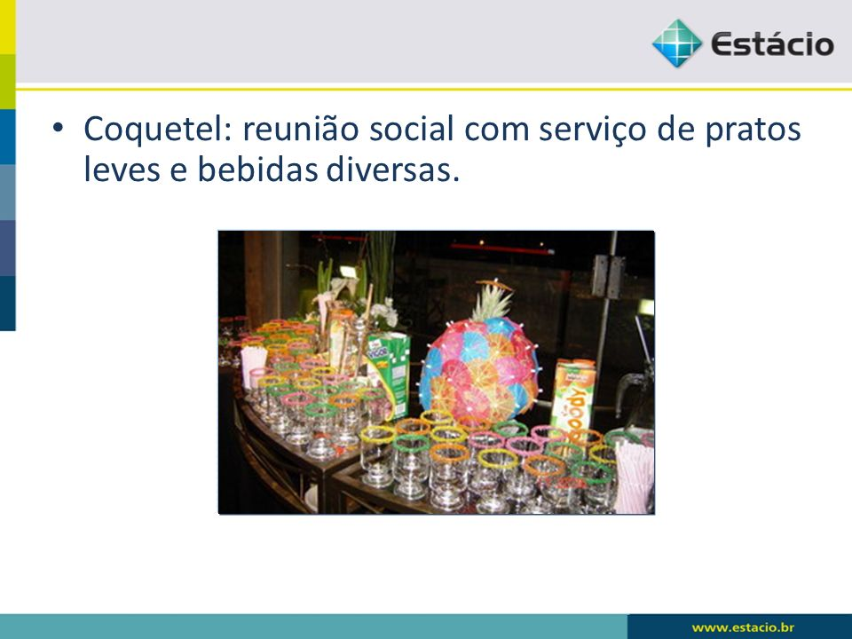 Coquetel: reunião social com serviço de pratos leves e bebidas diversas.