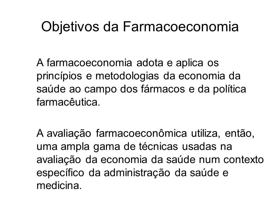 Objetivos da Farmacoeconomia A farmacoeconomia adota e aplica os princípios e metodologias da economia da saúde ao campo dos fármacos e da política fa