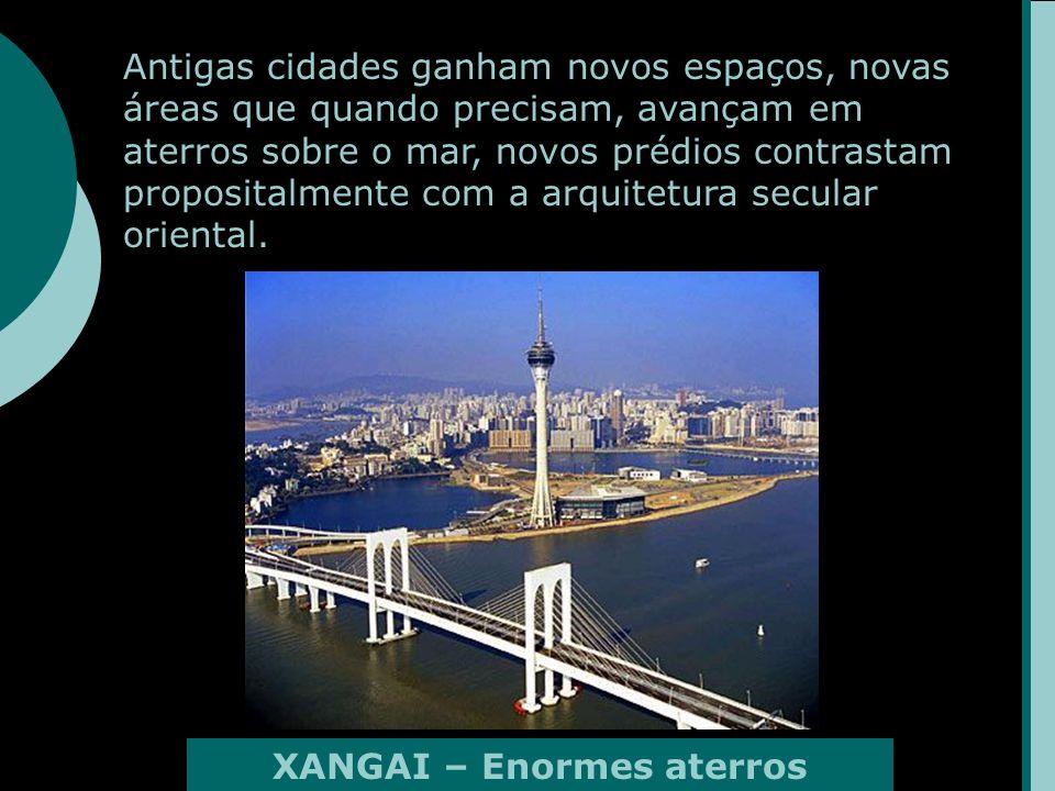 Antigas cidades ganham novos espaços, novas áreas que quando precisam, avançam em aterros sobre o mar, novos prédios contrastam propositalmente com a arquitetura secular oriental.