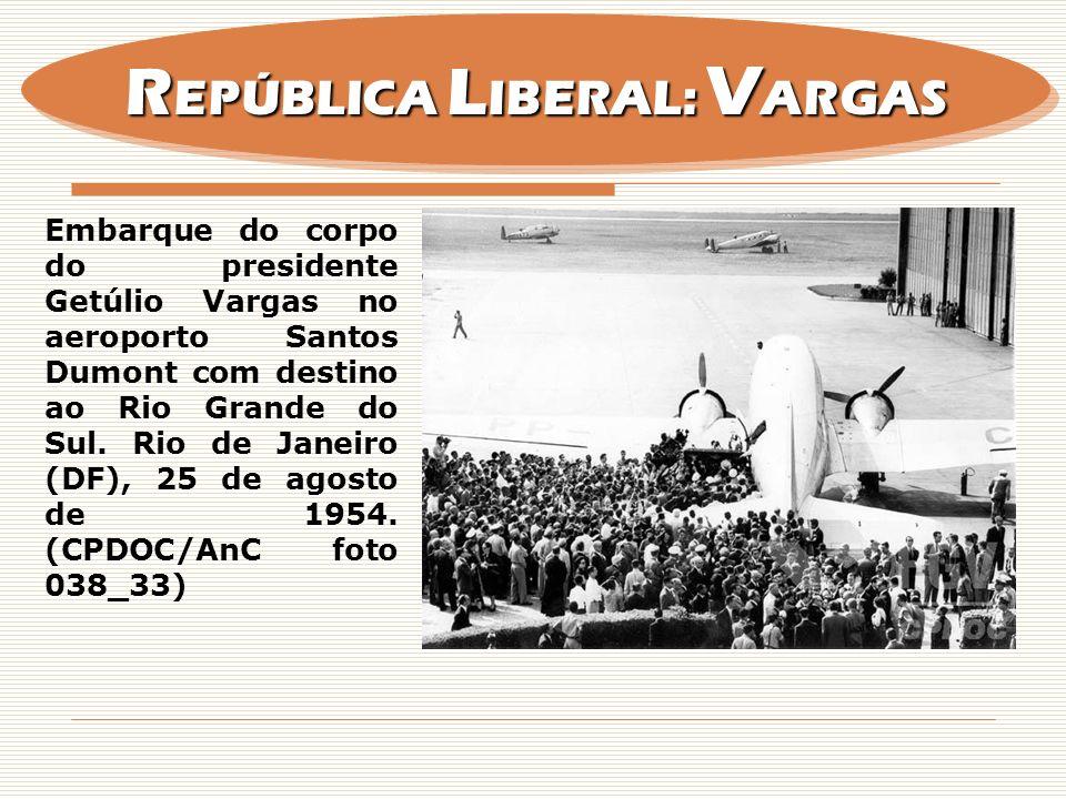 Embarque do corpo do presidente Getúlio Vargas no aeroporto Santos Dumont com destino ao Rio Grande do Sul. Rio de Janeiro (DF), 25 de agosto de 1954.